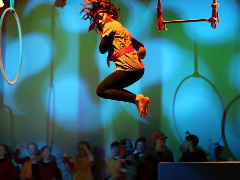 Sirkusartist hopper. Foto